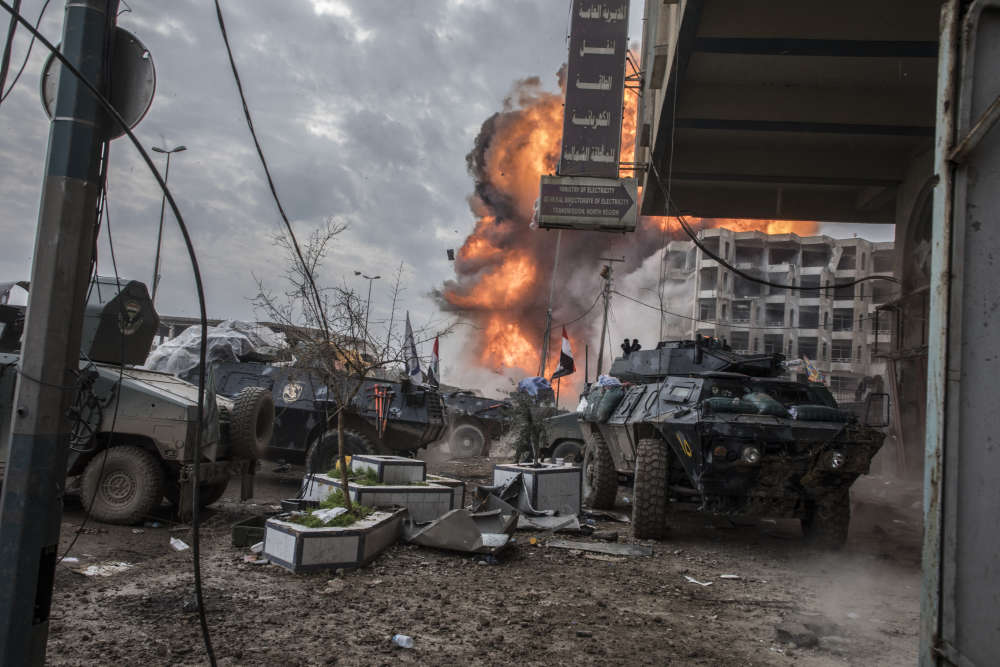 Une bulldozer suicide de l'EI explose à une quarantaine de mètres en arrière du front des soldats de la division de réaction d'urgence près du vieux pont, en face de la vieille ville de Mossoul-Ouest.