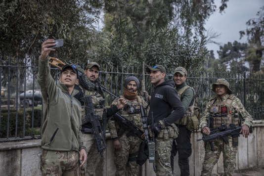Des soldats de la Division de réaction d'urgence en route pour le front du vieux pont, en face de la vieille ville de Mossoul ouest, le 15 mars, avant l'attentat.