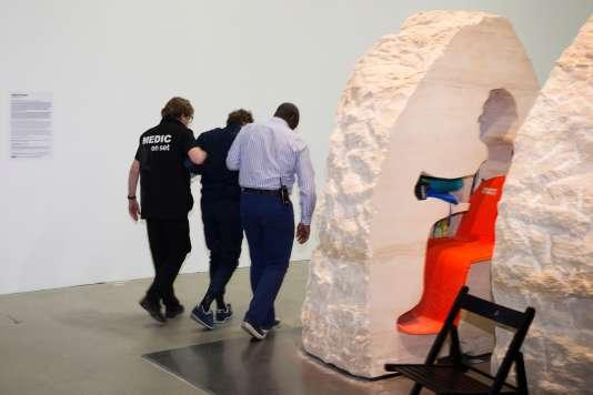 Le 22 février, l'artiste s'étaitlaissé enfermer dans un rocher dans lequel il avait taillé une cavité.