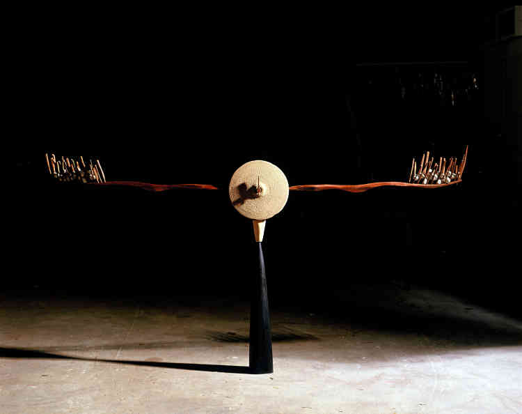 «Cette œuvre fait partie de la série que j'ai débutée en 1990 sur le temps, toujours dans la continuité de mon travail sur le seuil. Je m'intéresse ici à la notion d'équilibre, au temps inscrit dans son rapport à l'espace.»