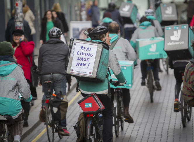 Mouvement de protestation de coursiers Deliveroo dénonçant leurs conditions salariales, à Brighton, en mars.