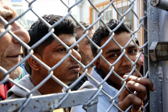 Des migrants sur l'île de Lesbos, en Grèce, le 16 mars.