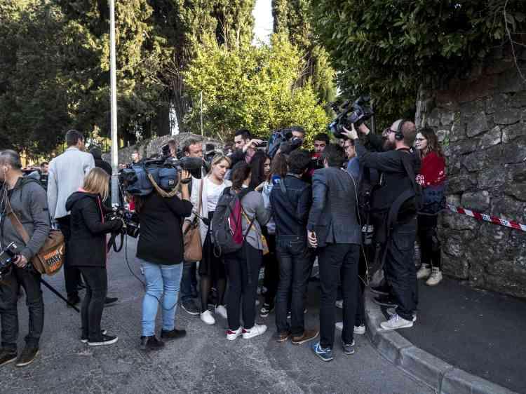 Dans une rue de la ville, des journalistes interviewent une lycéenne.