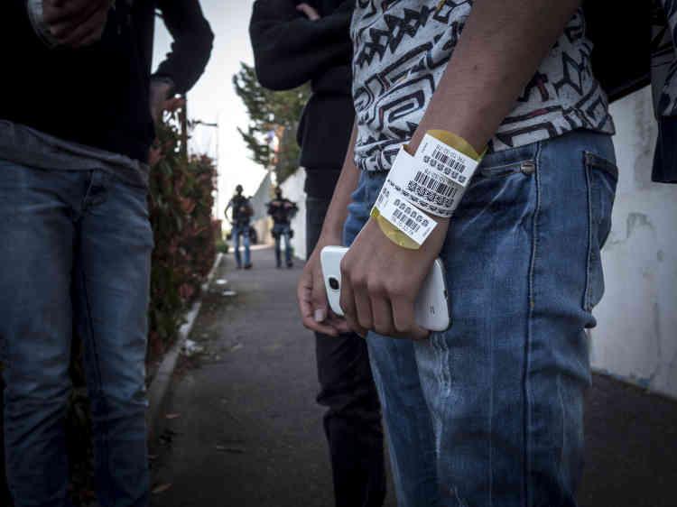 Les élèves ont été identifiés par des bracelets au moment où ils ont été mis en sécurité dans le gymnase du lycée.