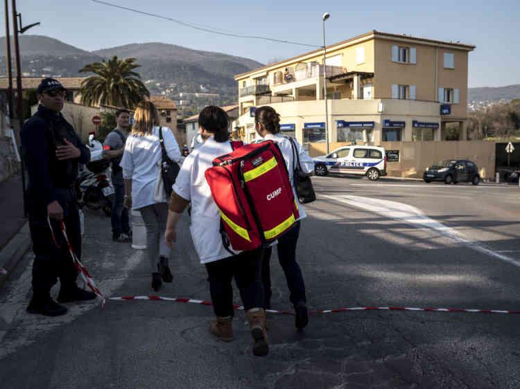 Les équipes de secours quittent le périmètre du lycée, en fin de journée.