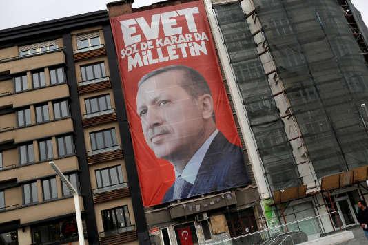 Une bannière pour la campagne référendaire en Turquie, représentant le président turc, Recep Tayyip Erdogan, sur la place Taksim, à Istanbul, le 15 mars 2017.