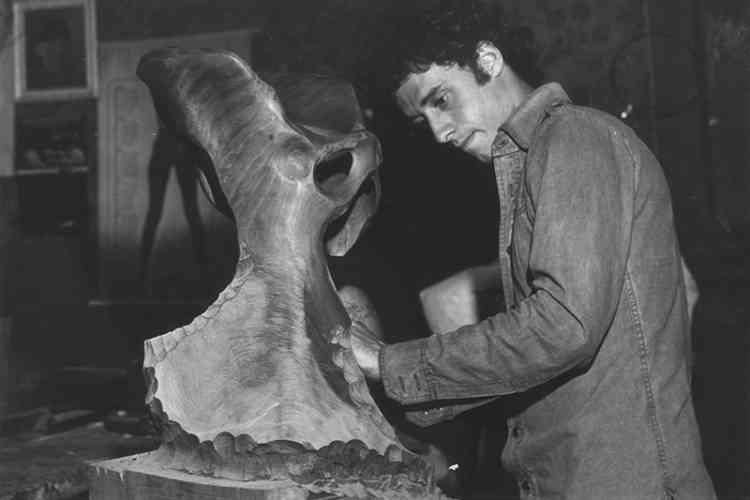 «Cette œuvre est l'évocation d'une hanche. Elle fait partie de mon travail sur les articulations. Ce qui m'intéressait était de travailler sur l'idée de basculement. Cette série est liée au corps humain : comment les différentes parties s'emboîtent, créent des nœuds ? La base du vocabulaire de la sculpture classique mais ici mise à nue. »