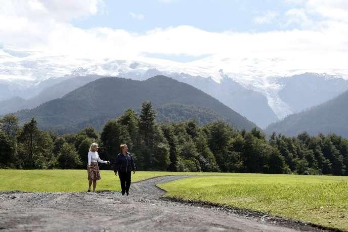 La présidente du Chili, Michelle Bachelet (à droite), et Kristine McDivitt, dans le sud du pays, le 15 mars.