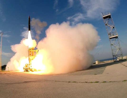 Lancement d'un missile balistique du système de défense Arrow 3, au sud de Tel-Aviv, endécembre 2015.