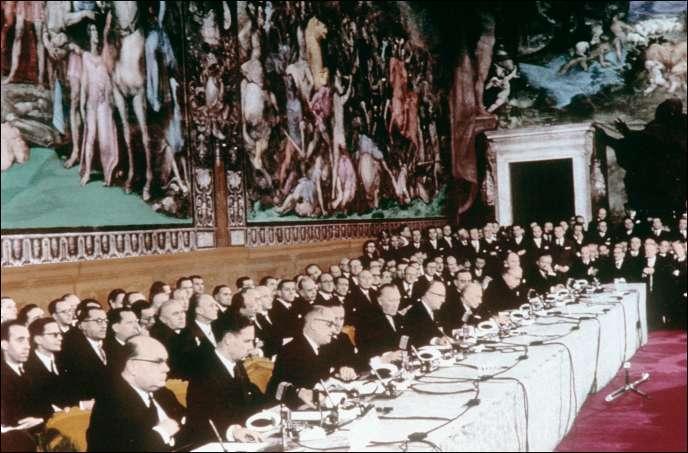Lors de la signature du traité de Rome, le 25 mars 1957, dans la salle des Horaces et des Curiaces du palais des Conservateurs.
