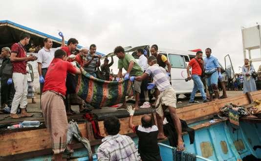 Les réfugiés ont été frappés par des armes légères dans les eaux d'Hodeida, mais le bateau a réussi à rejoindre le port de la ville.
