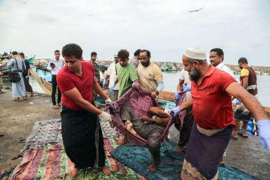 Les corps des réfugiés somaliens tués au large du Yemen sont débarqués dans la ville portuaire yéménite de Hodeida, le 17 mars.