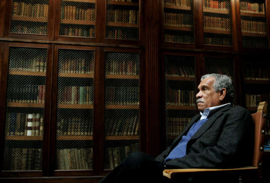 Derek Walcott dans la bibliothèque de l'université d'Oviedo, en mars 2006.