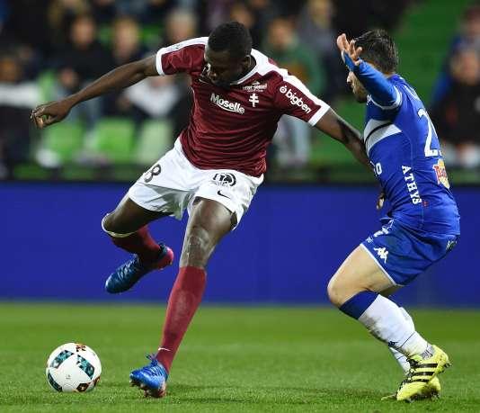 Cheick Diabate, de Metz, lutte pour le ballon face au défenseur de Bastia Gilles Cioni lors du match de Ligue 1, le 17 mars 2017 au stade de Saint-Symphorien, à Longeville-lès-Metz.