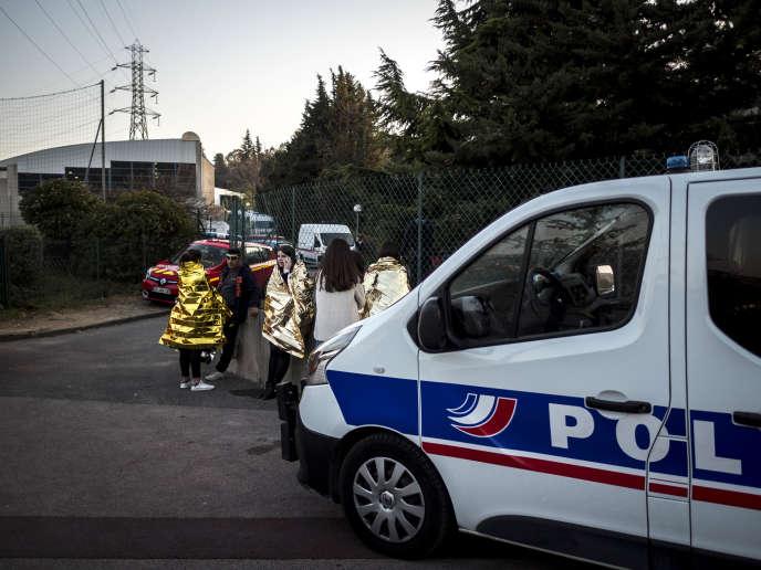 Des élèves à proximité du lycée Tocqueville après la fusillade, le 16 mars à Grasse.