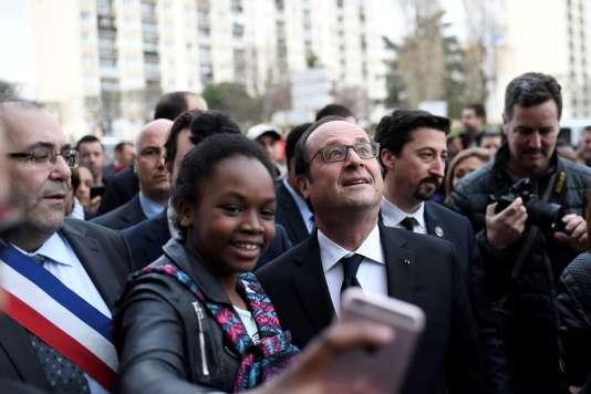 Pause selfie pour François Hollande, en visiteà Bonneuil-sur-Marne, avec Patrick Douet son maire (à gauche).