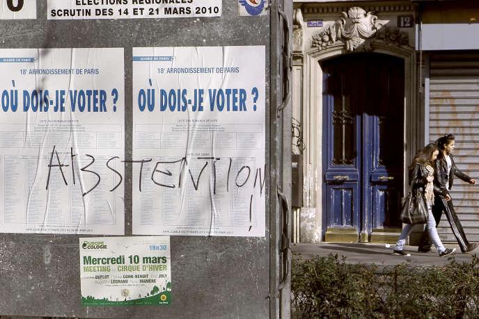 Panneau d'information électorale, à Paris.