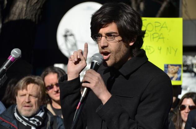 Aaron Swartz, lors d'une manifestation contre le projet de loi SOPA en 2012.