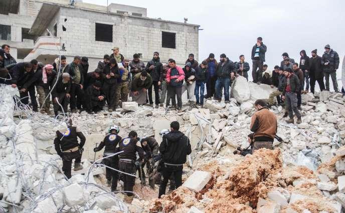 Les habitants d'Al-Jineh (Syrie) dans les décombres de la mosquée, le 17 mars, après le raid américain survenu la veille.