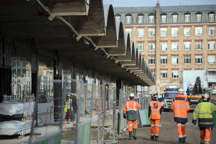 Des ouvriers sur le site de construction de Station F, l'ancienne Halle Freyssinet de Paris