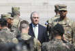 Une action militaire des Etats-Unis contre la Corée du Nord est une «option» qui est «sur la table», a déclaré vendredi le secrétaire d'Etat américain, Rex Tillerson– ici au centre– après une visite dans la zone démilitarisée qui sépare les deux Corées.
