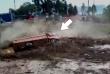 Ce camionneur péruvien s'est extirpé de justesse de son véhicule, emporté aussitôt par une coulée de boue.
