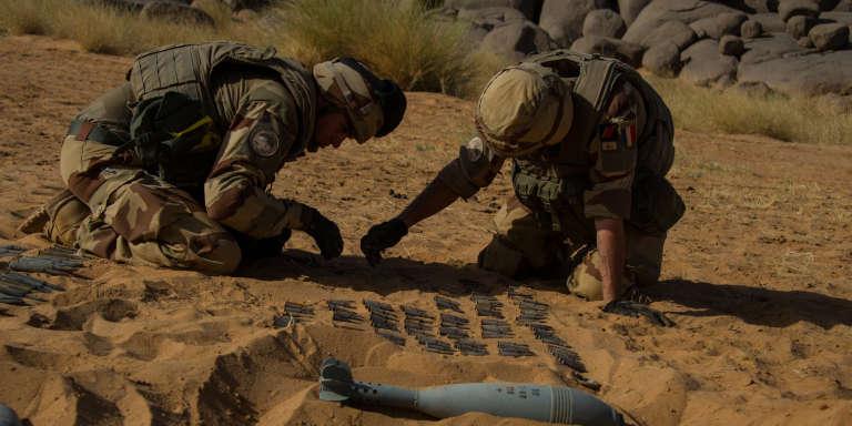 Des soldats français de l'opération «Barkhane» inspectent une cache d'armes découverte lors d'une opération de traque de djihadistes dans la région de Kidal, à l'extrème nord du Mali, du 4 au 12 mars 2017.