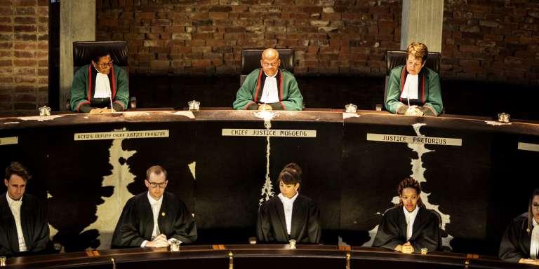 Le président de la Cour constitutionnelle sud-africaine, Mogoeng Mogoeng, préside une audience dans l'affaire du non-versement des aides sociales, le 17 mars 2017 à Johannesburg.