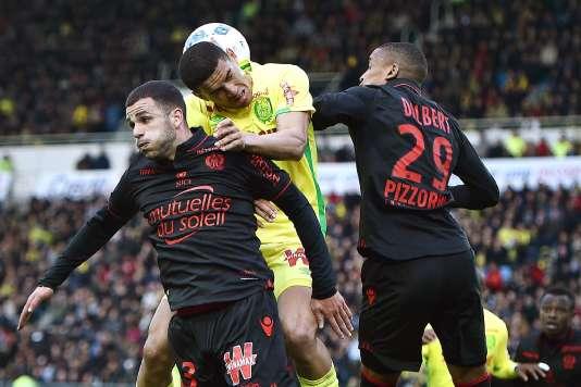 Le Nantais Diego Carlos à la lutte avec Valentin Eysseric et Dalbert Henrique, samedi18mars.