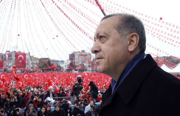 Le président turc, Recep Tayyip Erdogan, s'adresse à ses partisans à Sakarya (nord-ouest), le 16 mars 2017.