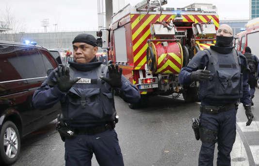 Des policiers bloquent les accès du terminal sud de l'aéroport d'Orly, le 18 mars.