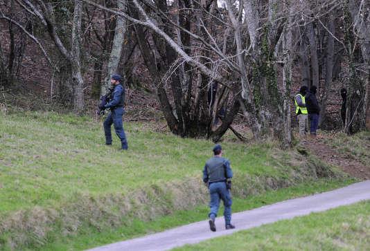 Des gardes civils espagnols dans une forêt proche de la ville basque d'Irun, après la découverte d'une cache d'explosifs, le 8mars.
