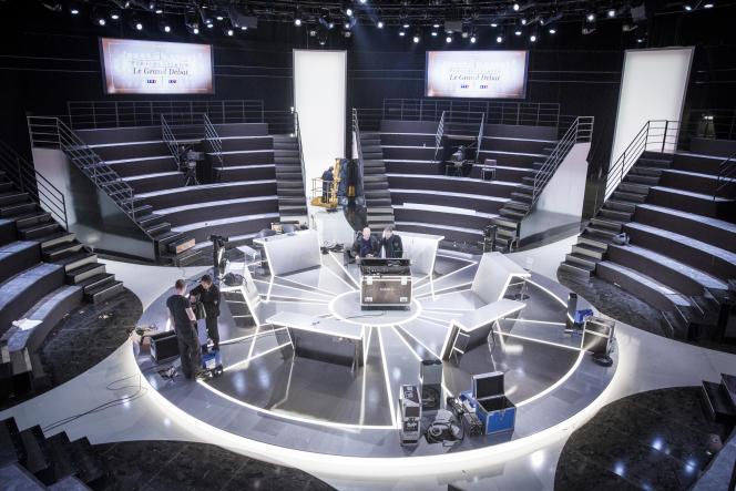 Préparation du plateau de TF1 qui accueillera le débat entre les principaux candidats à la présidentielle 2017 lundi 20 mars.