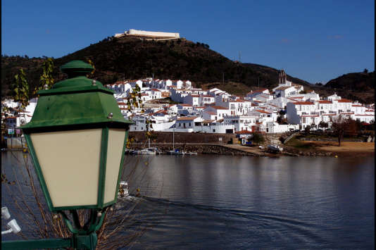 «Pour profiter d'une retraite dorée ou passer des vacances dépaysantes, de plus en plus de Français sont tentés d'acheter un bien immobilier à l'étranger». (Photo : la ville d'Alcoutim dans le district de Faro et la région de l'Algarve, au Portugal).