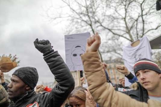 Au son de «Lettre à la République» de Kery James, des manifestants lèvent le poing, lors de la Marche pour la justice à Paris, le 19 mars.