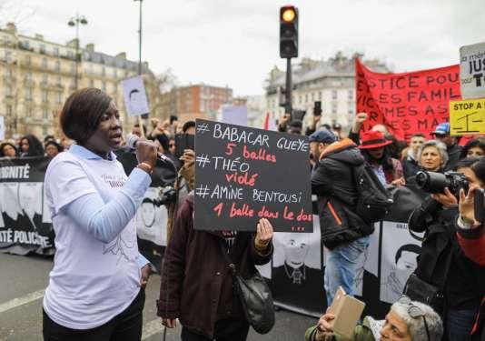 La sœur de Babacar, tué à la suite d'un contrôle policier, prend la parole lors de la Marche pour la justice et la dignité à Paris, le 19 mars.