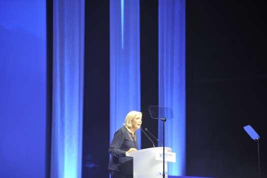 Marine Le Pen prononce un discours lors de son meeting aux arènes de Metz, le 18 mars.