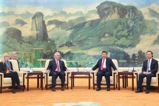 Le président de la Chine, Xi Jinping (au centre à droite) rencontre le secrétaire d'Etat américain, Rex Tillerson (au centre à gauche) à Pékin, le 19 mars 2017.