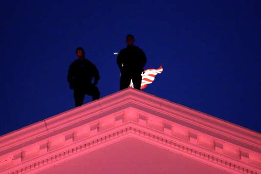 Des agents du Secret Service sur le toît de la Maison Blanche.
