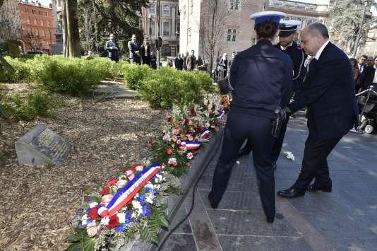 Le ministère de l'intérieur, Bruno Le Roux, dépose une gerbe à Toulouse près de la plaque rendant hommage aux victimes de Mohamed Merah, dimanche 19 mars.