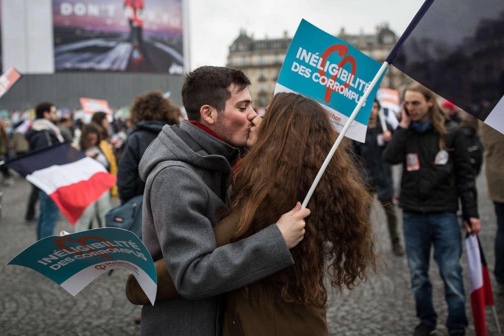 Place de la Bastille, au départ du défilé,deux jeunes militants s'embrassent.