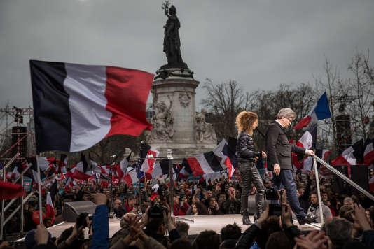 Jean-Luc Mélenchon quitte la scène à la fin de son discours.