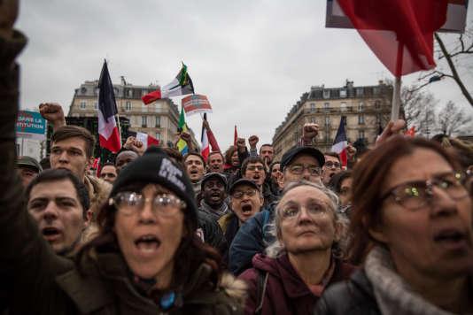 Des militants pendant le discours de Jean-Luc Mélenchon, place de la République.