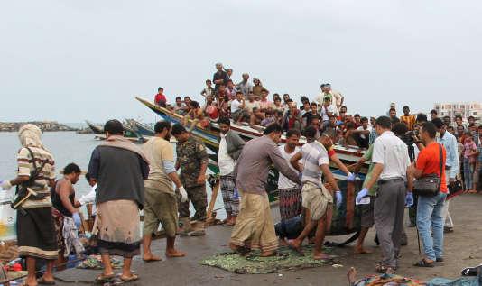 L'évacuation des corps et des survivants de l'attaque d'un bateau de migrants au large du Yémen, le 17 mars 2017, àHodeida.