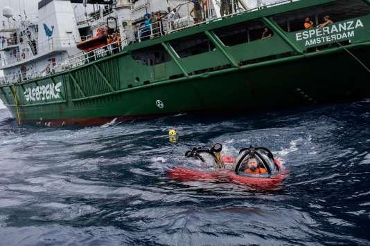Kenneth Lowyck pilote pour Greenpeace le sous-marin d'exploration, le 28 janvier.