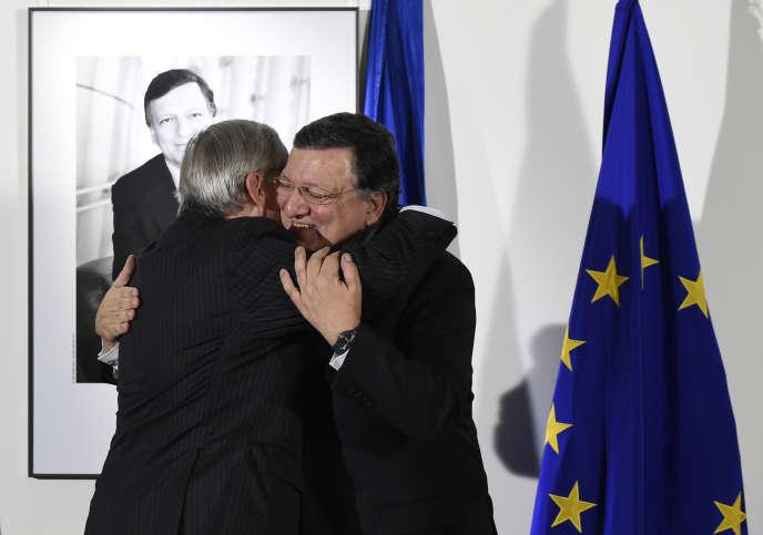 José Manuel Barroso embrasse son successeur à la présidence de la Commission européenne, Jean-Claude Juncker, en octobre 2014.