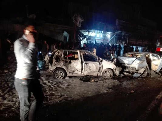 Des carcasses de voitures détruites par l'attentat à la voiture piégée dans le quartier de Hay Al-Amel à Bagdad (Irak), le 20mars 2017.