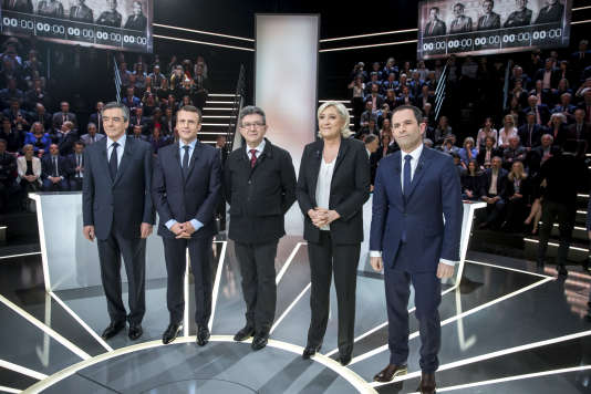 François Fillon, Emmanuel Macron, Jean-Luc Mélenchon, Marine Le Pen et Benoît Hamon (de gauche à droite), lors du débat télévisé entre les cinq principaux candidats à la présidentielle 2017, sur le plateau de TF1, lundi 20 mars.