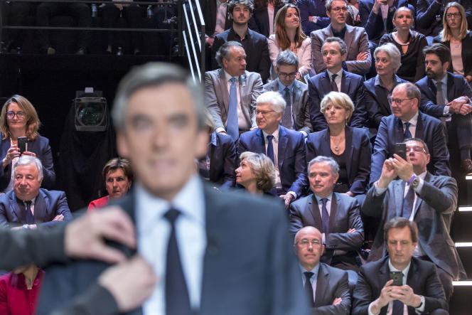 François Fillon (au premier plan) et son épouse Penelope Fillon, dans le public, le 20mars, quelques instants avant le débat diffusé par TF1.