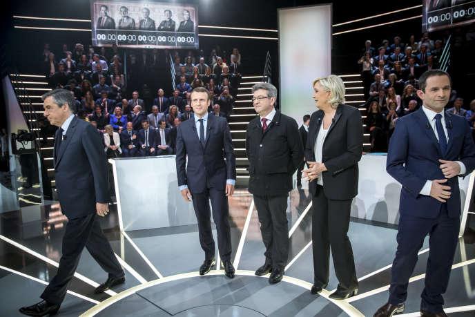 François Fillon, Emmanuel Macron, Jean-Luc Mélenchon, Marine Le Pen et Benoît Hamon, sur le plateau de TF1 au studio 217, le 20 mars.